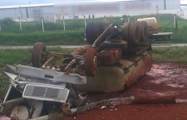 Motorista sai ileso de acidente que destruiu cabine de caminhão, em Goianira, Goiás (Foto: Marcos da Silva/Arquivo pessoal)