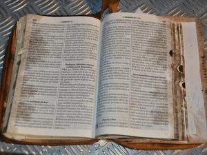 Bíblia é achada 'intacta' em explosão de carretas que causou duas mortes (Foto: Igor Santana/ Costa Rica em Foco)