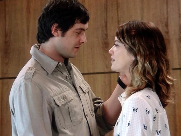 Laura vai atrás de amado e se declara para ele (Foto: TV Globo)