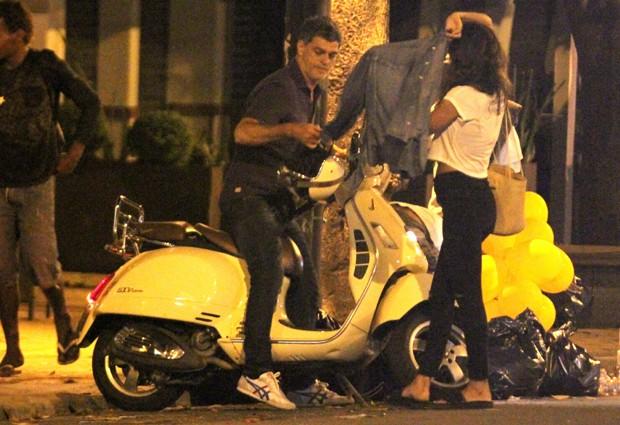 Eduardo Moscovis com morena no Leblon  (Foto: Thiago Martins/Agnews)