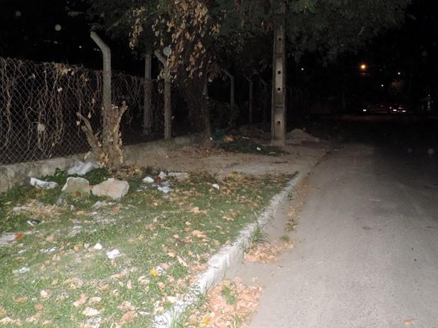 Estudante foi abordada no caminho de volta para casa e acabou estuprada no terreno baldio que fica em frente à Casa de Estudante Femina (Foto: Marina Barbosa / G1)