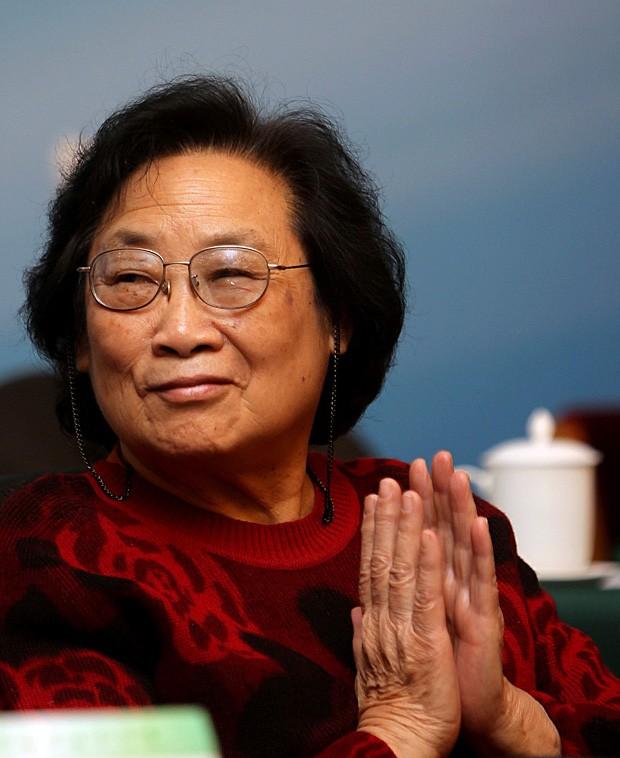 A farmacóloga chinesa Youyou Tu, uma das ganhadoras do Nobel de Medicina de 2015, em um encontro da Academia Chinesa de Ciências Médicas (Foto: Jin Liwang/Xinhua/AP)