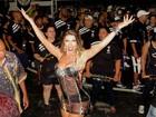 Tati Minerato usa vestido sexy em noite de samba