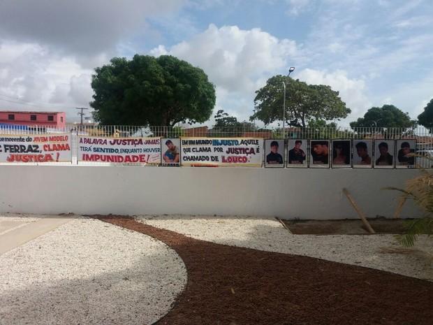 Faixas e cartazes pedindo justiça contra a morte do modelo Eric Ferraz (Foto: Suely Melo/G1)