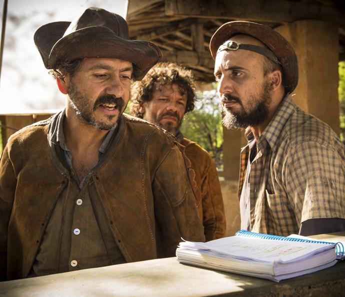 Marcos Palmeira passa o texto junto aos atores que interpretam os comparsas de Cícero (Foto: Felipe Nahon/ Gshow)