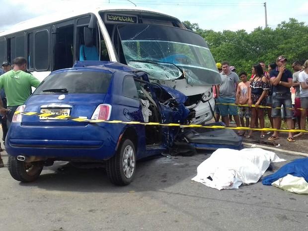 Micro-ônibus e carro colidem na BR-316 em Araripina  (Foto: Divulgação/ PRF)