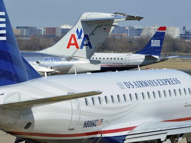 Um avião da American Airlines (C) é visto entre dois aviões nos Airways Express no Aeroporto Nacional Ronald Reagan Washington no Condado de Arlington, Virgínia, nesta foto de arquivo tomadas de 10 de fevereiro de 2013 (Foto: Mike Theiler Files/ Reuters)