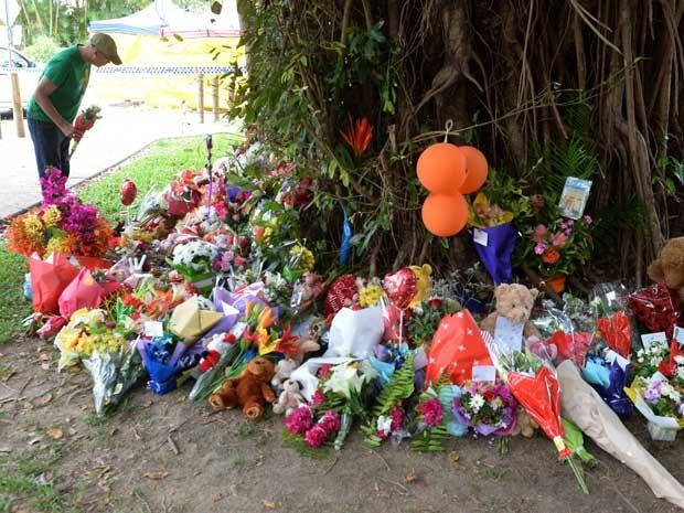 Australianos deixam flores perto da casa onde 8 crianças foram mortas. (Foto: Peter Parks / AFP Photo)