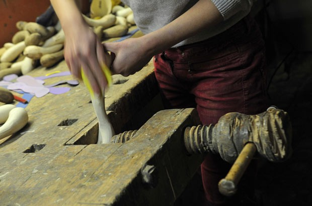 Designer faz brinquedos sexuais com madeiras exóticas na Eslovênia (Foto: Srdjan Zivulovic/Reuters)