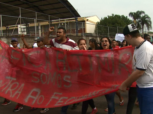Pais, alunos e professores foram às ruas para protestar sobre reestruturação (Foto: Marlon Tavoni/EPTV)