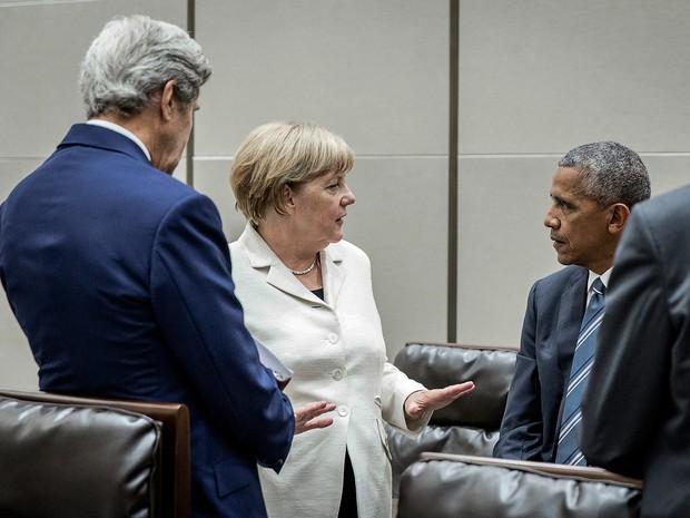 Chanceler alemã, Angela Merkel, conversa com o presidente dos EUA, Barack Obama, durante a cúpula do G20, nesta segunda-feira (5) (Foto: /Jesco Denzel/BPA/Reuters)