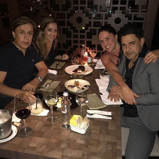 Tom Cavalcante e a mulher, Patrícia, com Zezé Di Camargo com a namorada, Graciele Lacerda, em restaurante em São Paulo (Foto: Instagram/ Reprodução)