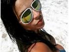 Solange Gomes provoca na praia: 'Precisando do pau...de selfie'