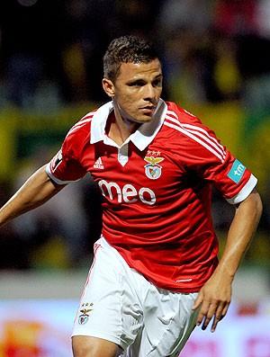 Rodrigo Lima comemora gol do Benfica contra o Paços de Ferreira (Foto: AP)