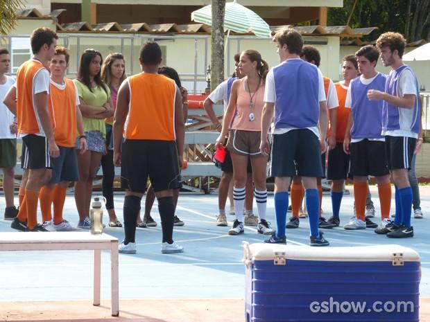 Bárbara é obrigada a intervir a expulsa dos dois do treino (Foto: Malhação / TV Globo)