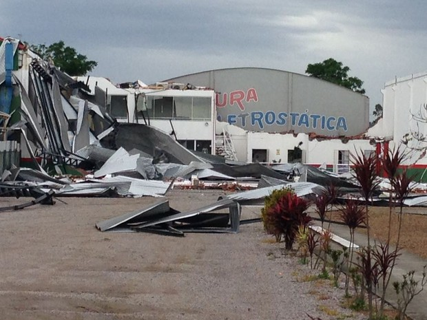 Ciretran de Tubarão ficou destruída após vendaval (Foto: Gabriel Felipe/RBS TV)