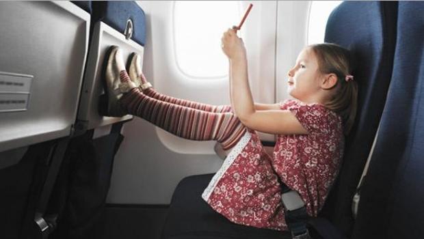 Menina; avião (Foto: Reprodução)