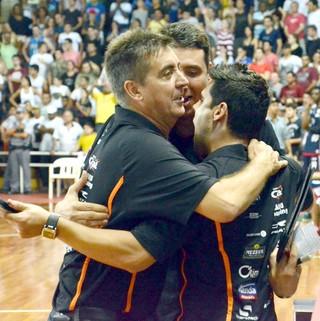 Técnico Guerrinha, do Bauru Basquete, festeja classificação à final do Paulista (Foto: Caio Casagrande / Bauru Basket)