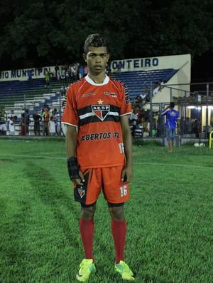 Aílson, lateral-esquerdo do Mocambinho, que alimenta o sonho de ser jogador profissional (Foto: Wenner Tito/Globoesporte.com)
