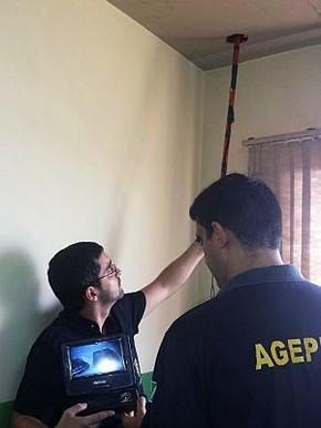 Agentes conseguem ter acesso a espaço entre telhado e laje (Foto: Divulgação/ Agepen)