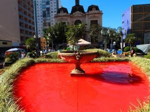 Fonte em frente à Prefeitura ficou tomada por tinta vermelha após ocupação (Foto: F.L Piton/Jornal A Cidade)