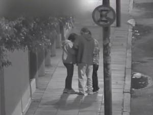 Imagem flagra assalto a pedestre no Centro (Foto: Reprodução/RBS TV)
