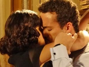 O noivo agarra a jovem (Foto: Gabriela / TV Globo)