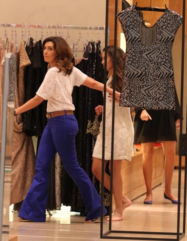 Fátima Bernades em loja com as gêmeas Laura e Beatriz (Foto: Henrique Oliveira/AgNews)