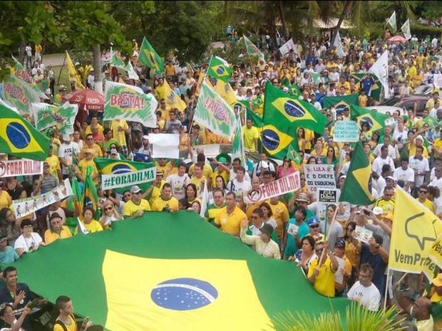 Em Aracaju (SE), os manifestantes estão seguindo em passeata pela Avenida Beira Mar pelo Bairro 13 de Julho  realizando um protesto contra o governo da presidente Dilma Rousseff (Foto: Tássio Andrade/G1)