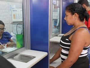 Dona de casa Adriana Nascimento foi logo cedo à Loteria para pagar suas contas (Foto: Fernando Brito/G1)