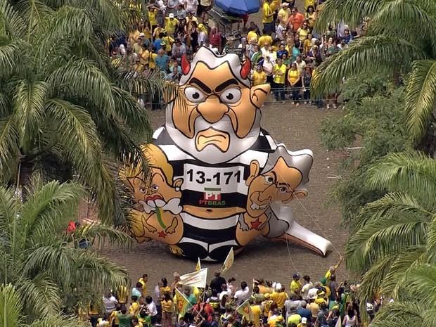 Bonecos que ironizam Lula, Dilma e o governador de Minas Gerais, Fernando Pimentel, é inflado na Praça da Liberdade, em Belo Horizonte (Foto: Reprodução/TV Globo)