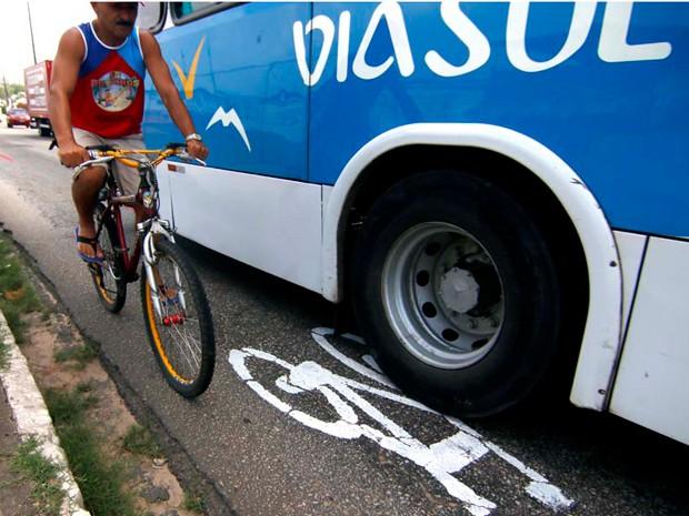 Ciclista divide espaço com ônibus na Ponte de Igapó, na Zona Norte de Natal (Foto: Canindé Soares/G1)
