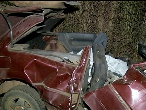 Carro ficou destruído após batida perto de Gurupi, no sul do estado (Foto: Reprodução/TV Anhanguera)