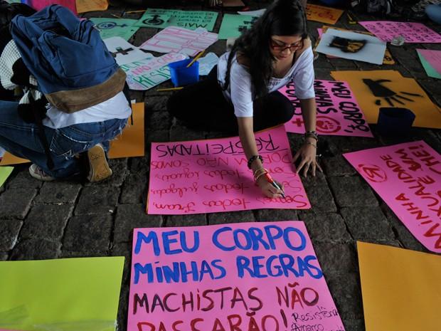 Grupo prepara cartazes em concentração antes da Marcha (Foto: Nelson Antoine/FotoArena/Estadão Conteúdo)