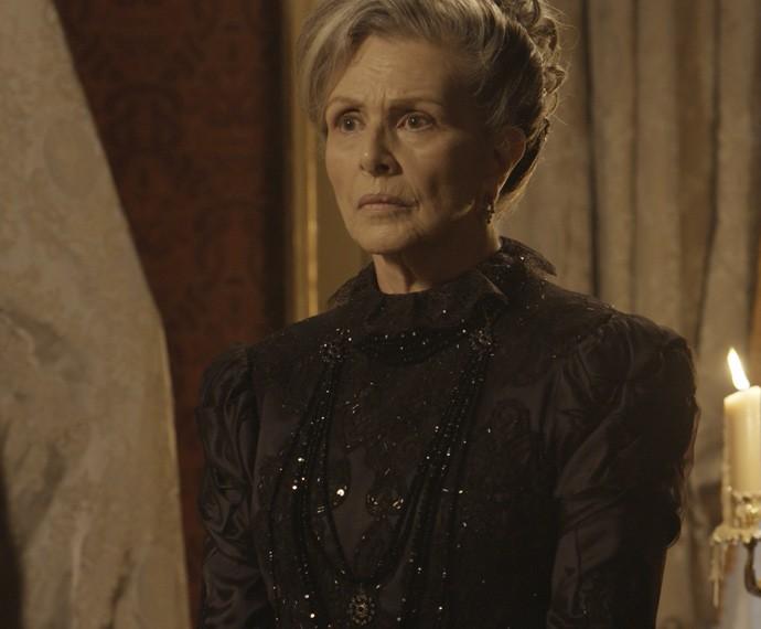 A Condessa fica em estado de choque com o que ouve (Foto: TV Globo)