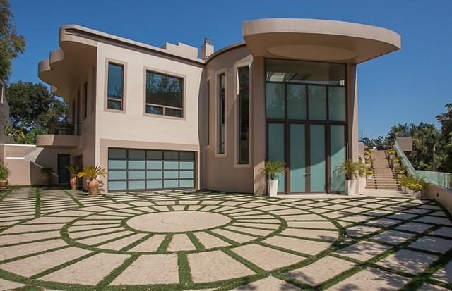 Por R$ 50,1 milhões, Rihanna põe à venda sua mansão em LA; faça o tour