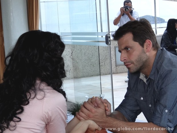 Sem perceberem, um paparazzi registra o momento em que Cassiano consola Cristal (Foto: Flor do Caribe / TV Globo)