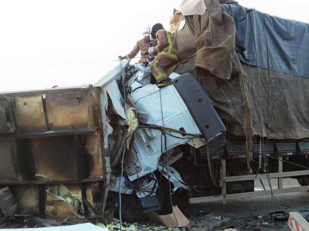 Vítimas ficaram presas às ferragens e morreram no local (Foto: Bombeiros Irani/Divulgação)