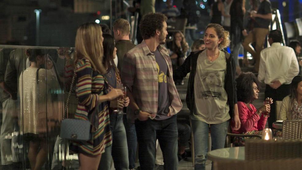 E na hora de aparecer no barzinho, que tal o look dela montado com roupas de Ruy (Fiuk)? (Foto: TV Globo)