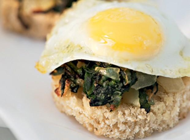 Ovos de codorna com espinafre e torradas  (Foto: Foto: Iara Venanzi )