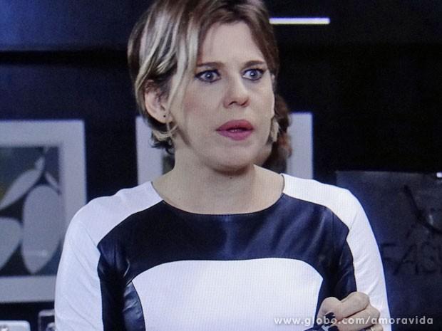Edith não gosta do que vê (Foto: Amor à Vida/TV Globo)