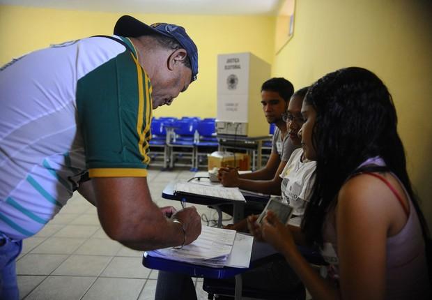 Eleitores comparecem às seções eleitorais em Belém, em 2014 (Foto: Tânia Rêgo/Agência Brasil)