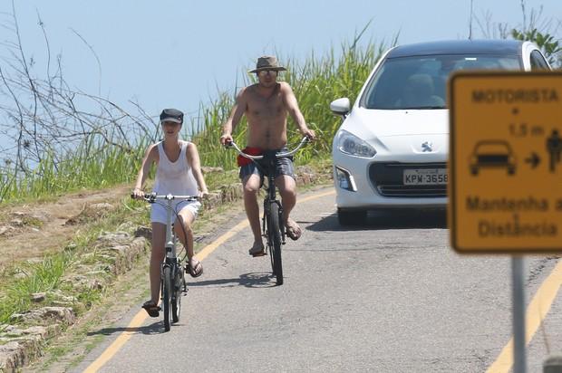 Nathalia Dill e Sérgio Guizé voltando da praia em bicicleta.