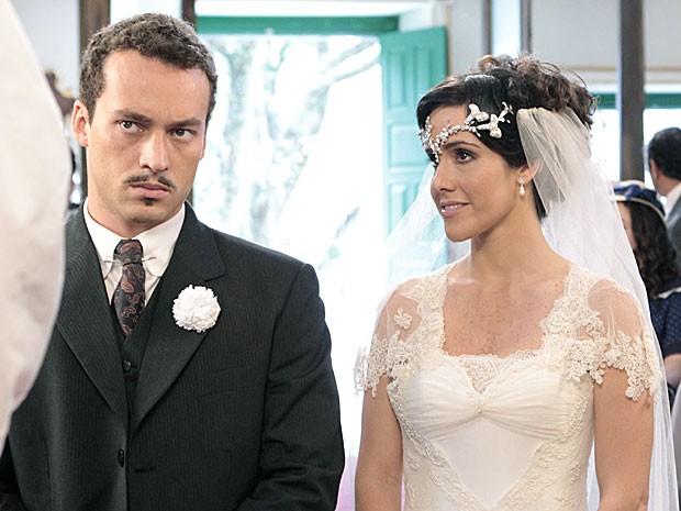 Zuleika toda sorridente no casamento, mal sabe o que a espera (Foto: Gabriela/TV Globo)