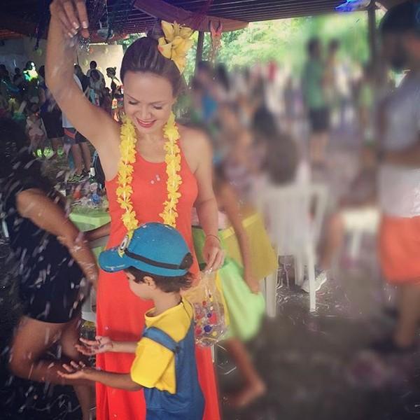 Eliana pula o carnaval com o filho, Arthur: 'Feliz demais'