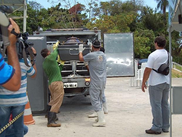 Corpo foi levado para o Instituto de Medicina Legal, no Recife. (Foto: Katherine Coutinho / G1)