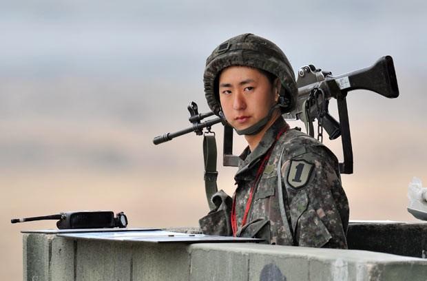 Soldado sul-coreano monta guarda nesta sexta-feira (5) em Paju, próximo à região desmilitarizada da fronteira com a Coreia do Norte (Foto: AFP)