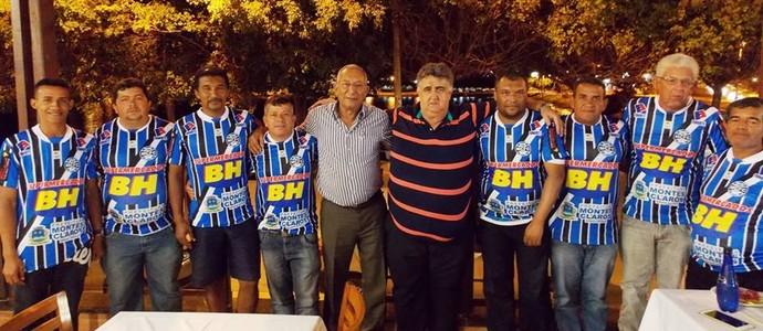 Presidente Vile Mocellin e minitores das escolinhas (Foto: Ricardo Gumarães/MCFC)