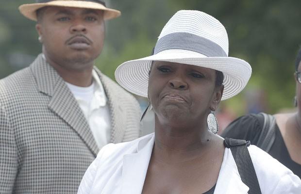 Leolah Brown, tia de Bobbi Kristina, filha de Whitney Houston, é expulsa do funeral da jovem após confusão na igreja. (Foto: Paras Griffin/France Presse)