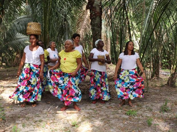 Grupo das quebradeiras de coco (Foto: Marco Vasconcelos/Divulgação)